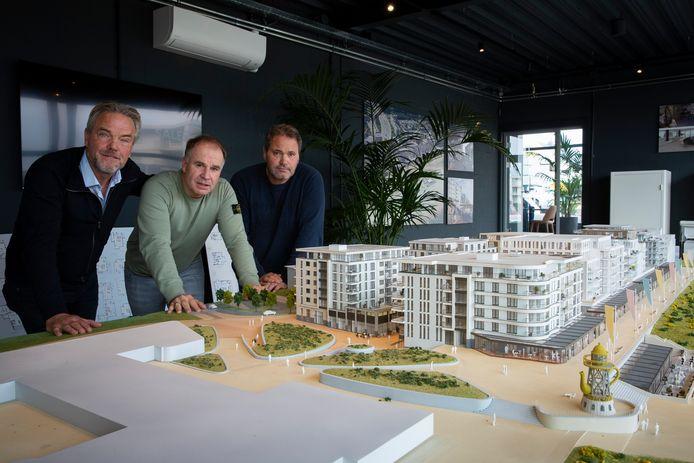 Ondernemers Volker Vedder, René Bogaart en Ronald Janse balen dat ze nog niet open kunnen in Kijkduin.