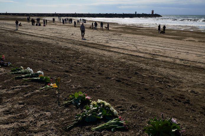 Bloemen op het Scheveningse strand, voor de omgekomen surfers.