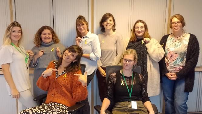 Gemeentepersoneel spelt gele lintjes op voor Dag tegen Kanker