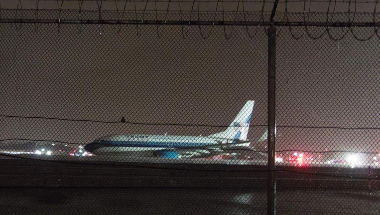 Het vliegtuig staat na de harde landing in het gras. Beeld afp