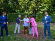 Coronacrisis herdacht met standbeeld in Oisterwijk: prinses Margriet, Hugo de Jonge en Sjaak Swart bij onthulling