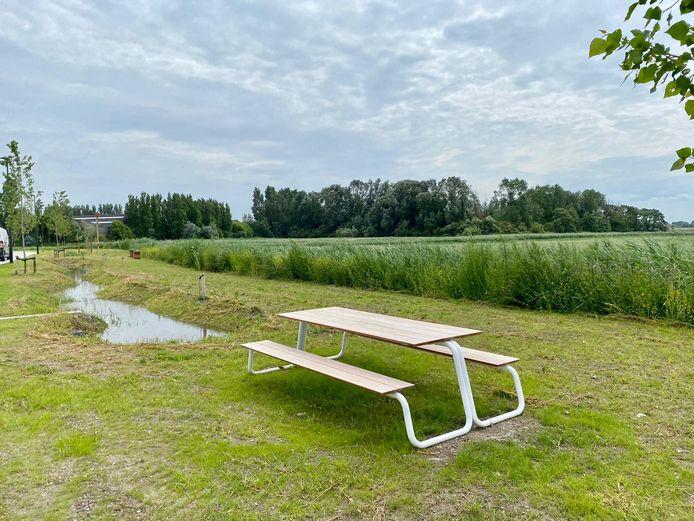 De picknickbanken met uitzicht op de Uitkerkse Polder.