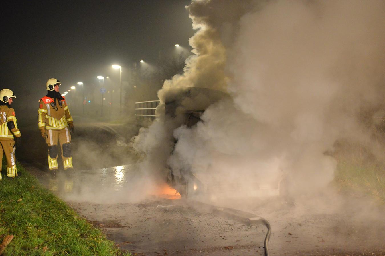 Een auto ging in vlammen op aan de Ruitersboslaan in Breda.