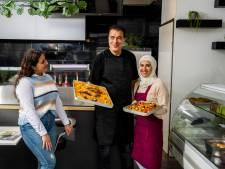 Vier jaar geleden gevlucht uit Syrië, nu een restaurant in de Dorpsstraat: 'Wij willen hier nooit meer weg'