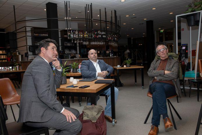 Eric Logister (D66), Patrick Simons (VVD) en Johan van den Brand (PGB) volgen in de foyer van Tiliander de raadsvergadering, voordat zij worden benoemd en beëdigd