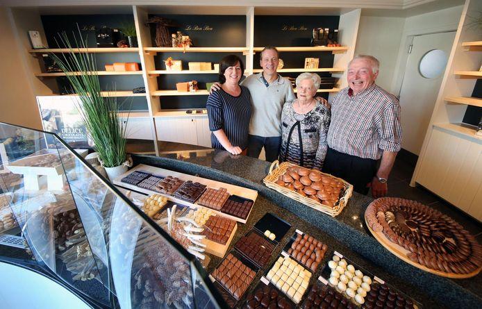 Heidi Seynaeve, bakker Emmanuel Debacker, samen met de stichter: Walter Debacker en echtgenote Francine Velghe.