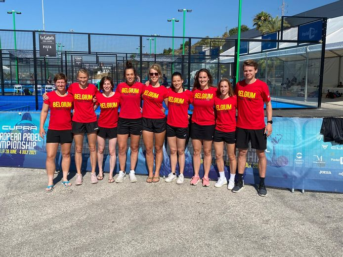 Het Belgische vrouwenteam met vlnr: An-Sophie Mestach, Elyne Boeykens, Babette Wyckaert, Annouck Meys, Astrid Dierckx, Dorien Cuypers, Laura Bernard, Helena Wyckaert en coach Thomas Deschamps.