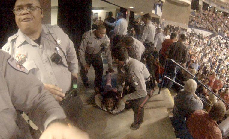 Rakeem Jones wordt door agenten op de grond geduwd. Beeld reuters