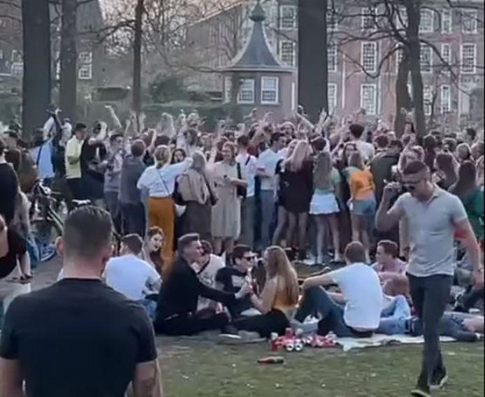 Drukte in het Valkenbergpark in Breda, jongeren maken er een feest van op een warme woensdagmiddag.