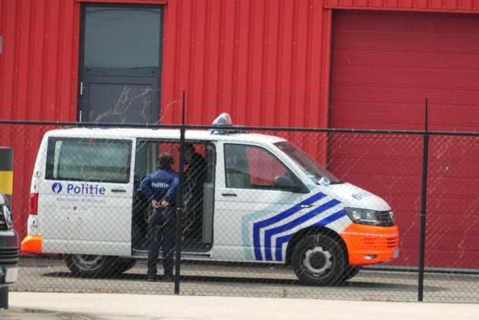 Heffen - De politie kwam ter plaatse en startte een onderzoek op naar de inhoud van de vaten.