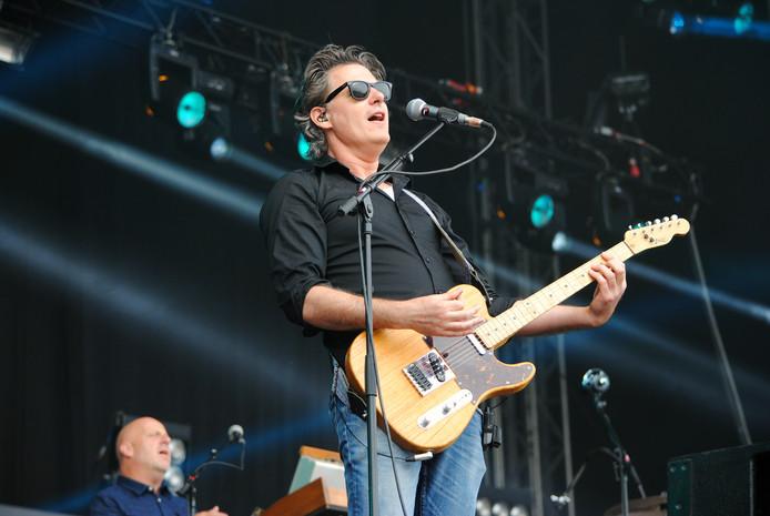 Bas Kennis, gitarist en toetsenist van Blof, tijdens Cover at Sea.
