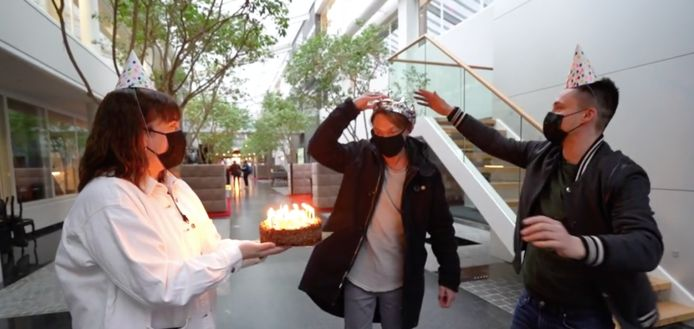 Maarten en Dorothee zetten Regi in de bloemetjes op zijn verjaardag.
