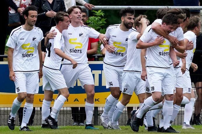 Issy Wevers, derde van links, wordt gefeliciteerd met zijn goal tegen Ajax.