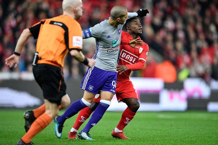 Anderlecht-speler Sofiane Hanni deelt een manifeste elleboogstoot uit aan Standard-verdediger Collins Fai. Beeld BELGA