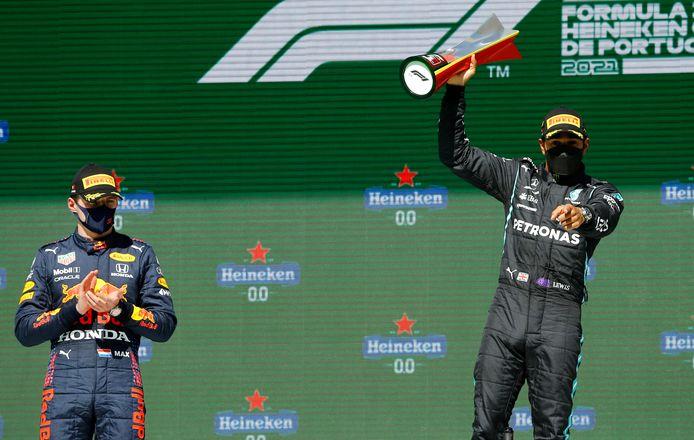 Verstappen met applaus voor Hamilton.