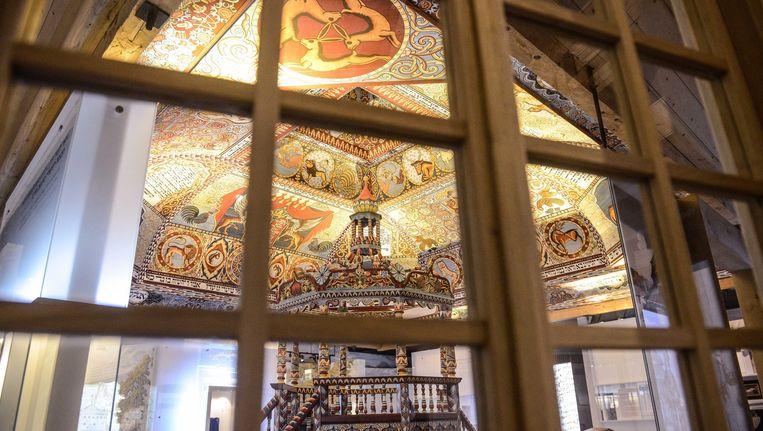 Het gereconstrueerde plafond van een houten Synagoge in het Museum van de geschiedenis van Poolse Joden in Warschau. Beeld epa