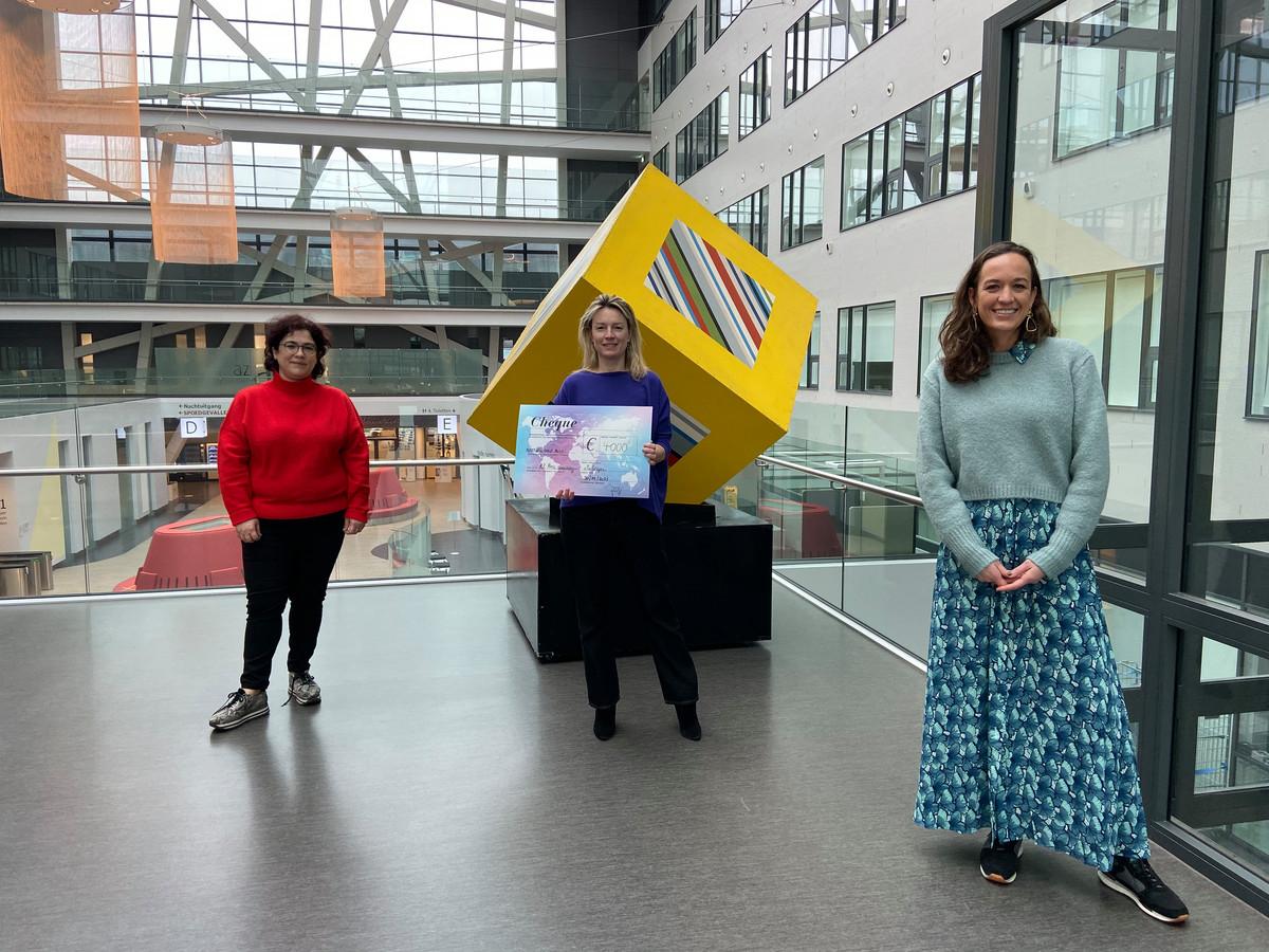 Logopediste Els De Groote en neuroloog dokter Katleen Bruylant mochten de cheque ontvangen van Ladies Circle-voorzitter Felicie Sys.