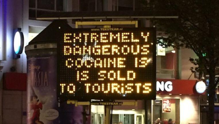 De GGD waarschuwt toeristen met matrixborden op het Leidsepleind en Rembrandtplein voor de gevaarlijke drugs. Beeld Eva de Vos