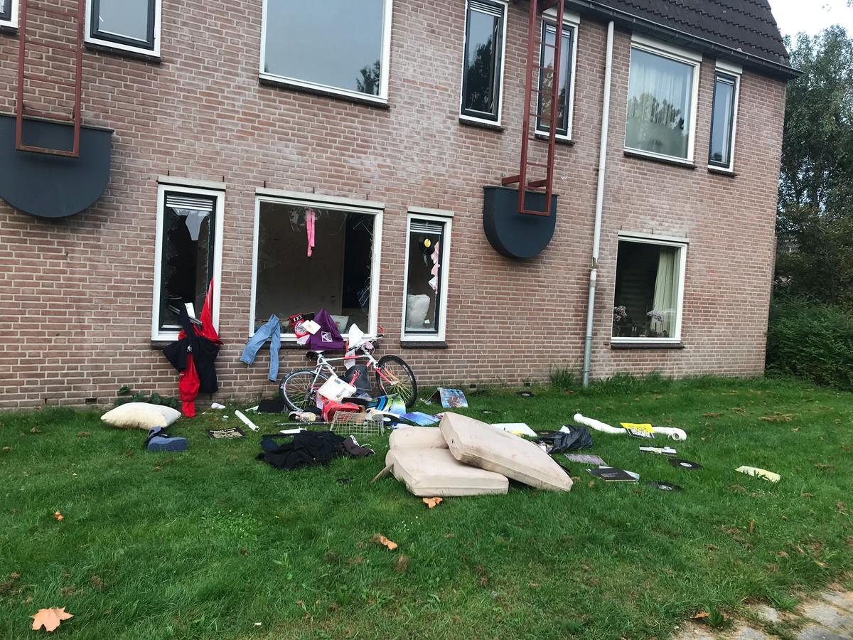 De woning zoals die er vanmorgen om 08.00 uur uitzag. Inmiddels is de rommel opgeruimd. 'De man zal niet meer terugkeren in het huis', meld Woningcorporatie deltaWonen.