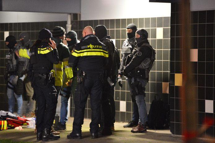 Agenten op de Roeselarestraat in Breda.