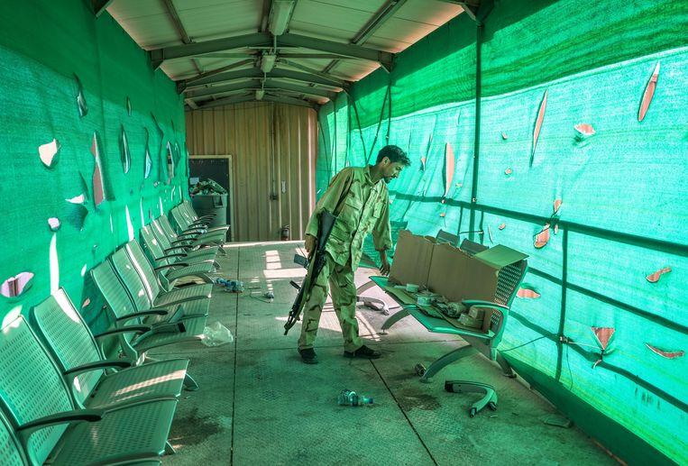 Archiefbeeld van 5 juli: een Afghaanse soldaat bij achtergebleven spullen van het Amerikaans leger op de Bagram Air Base. Beeld EPA