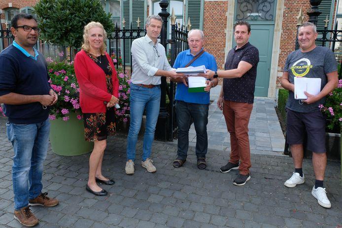 Een delegatie van het schepencollege ontving vandaag een petitie en dossier van inwoners van de Herentalsesteenweg