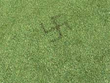 Hakenkruis in het gras gebrand bij voetbalkooi in Amersfoort