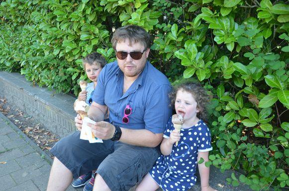 Piet (34) eet samen met zijn zoontje Arne en dochtertje Nore een ijsje.