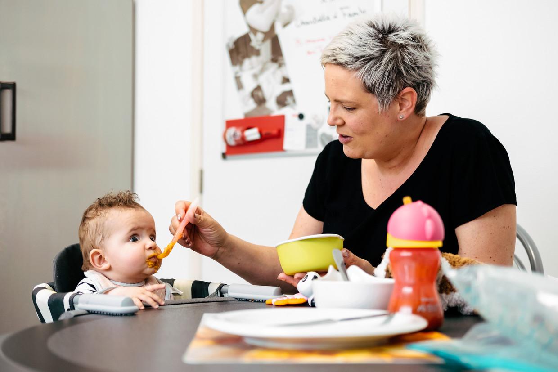 Marjan Schilders en haar dochtertje Famke: 'Ze boekt stilletjesaan vooruitgang, maar 's nachts blijven we bijvoeden met de sonde, anders verliest ze opnieuw gewicht.' Beeld Damon De Backer