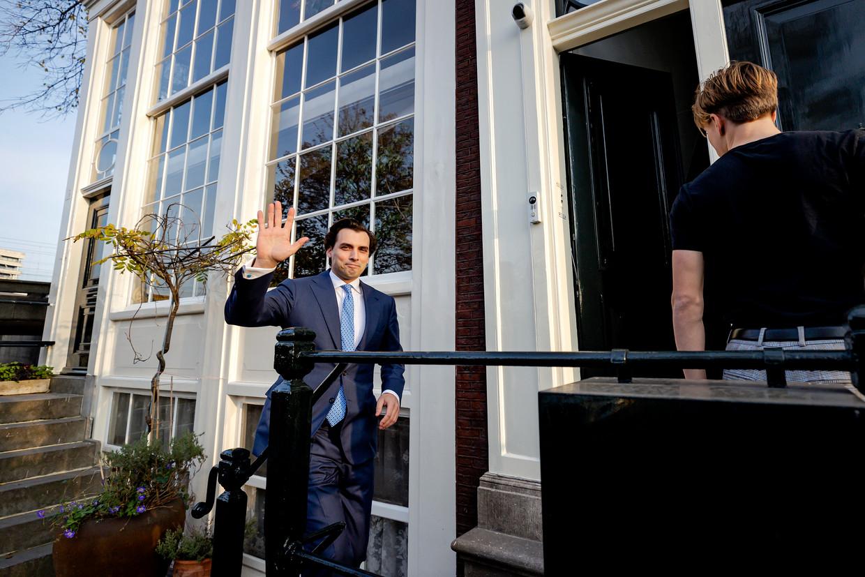 Thierry Baudet bij zijn huis woensdag in Amsterdam. Hij stelt ten onrechte uit het partijbestuur te zijn verwijderd. Beeld Hollandse Hoogte /  ANP