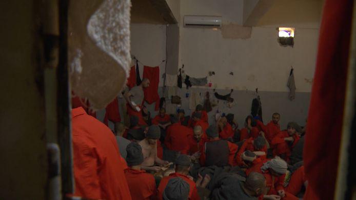 Des centaines d'hommes sont entassés dans des pièces insalubres.