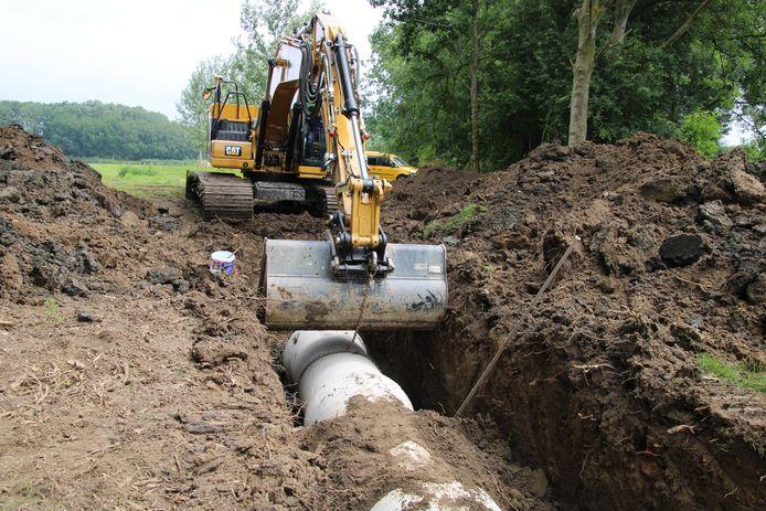Er worden buizen aangelegd tussen de Bernisse en de Stompaardse Plas, waardoor straks water stroomt.