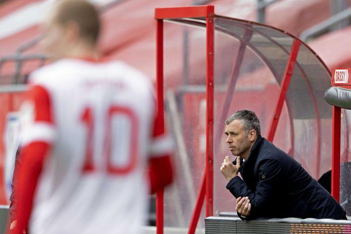 René Hake kijkt aandachtig naar de verrichtingen van zijn ploeg FC Utrecht.