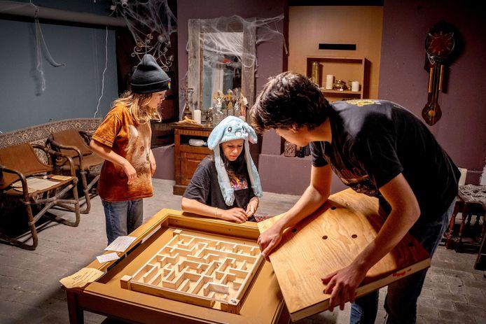 Maite, Elin en Jaro (v.l.n.r.) proberen het raadsel van de escaperoom op te lossen.