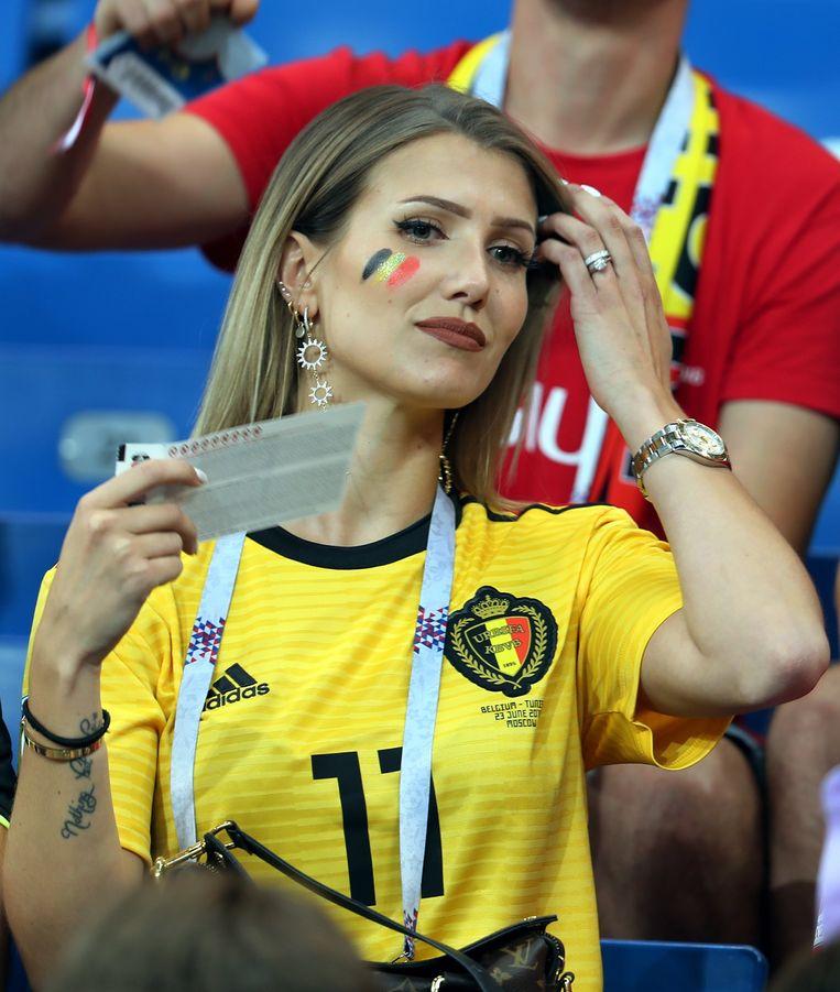 Noemie Happart, de vrouw van Yannick Carrasco, in de tribunes in Rostov.
