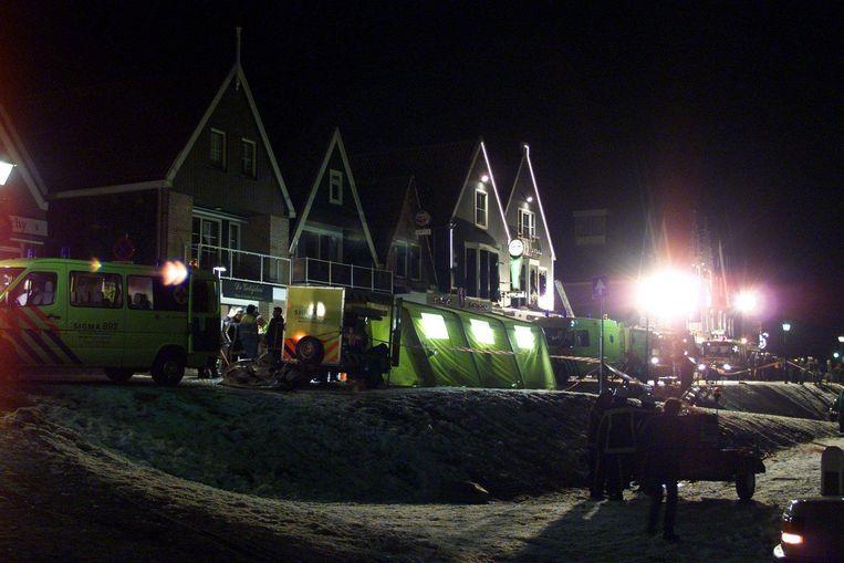 Het pand aan de haven in Volendam waar maandagochtend 1 januari 2001 brand uitbrak.  Beeld Hollandse Hoogte /  ANP
