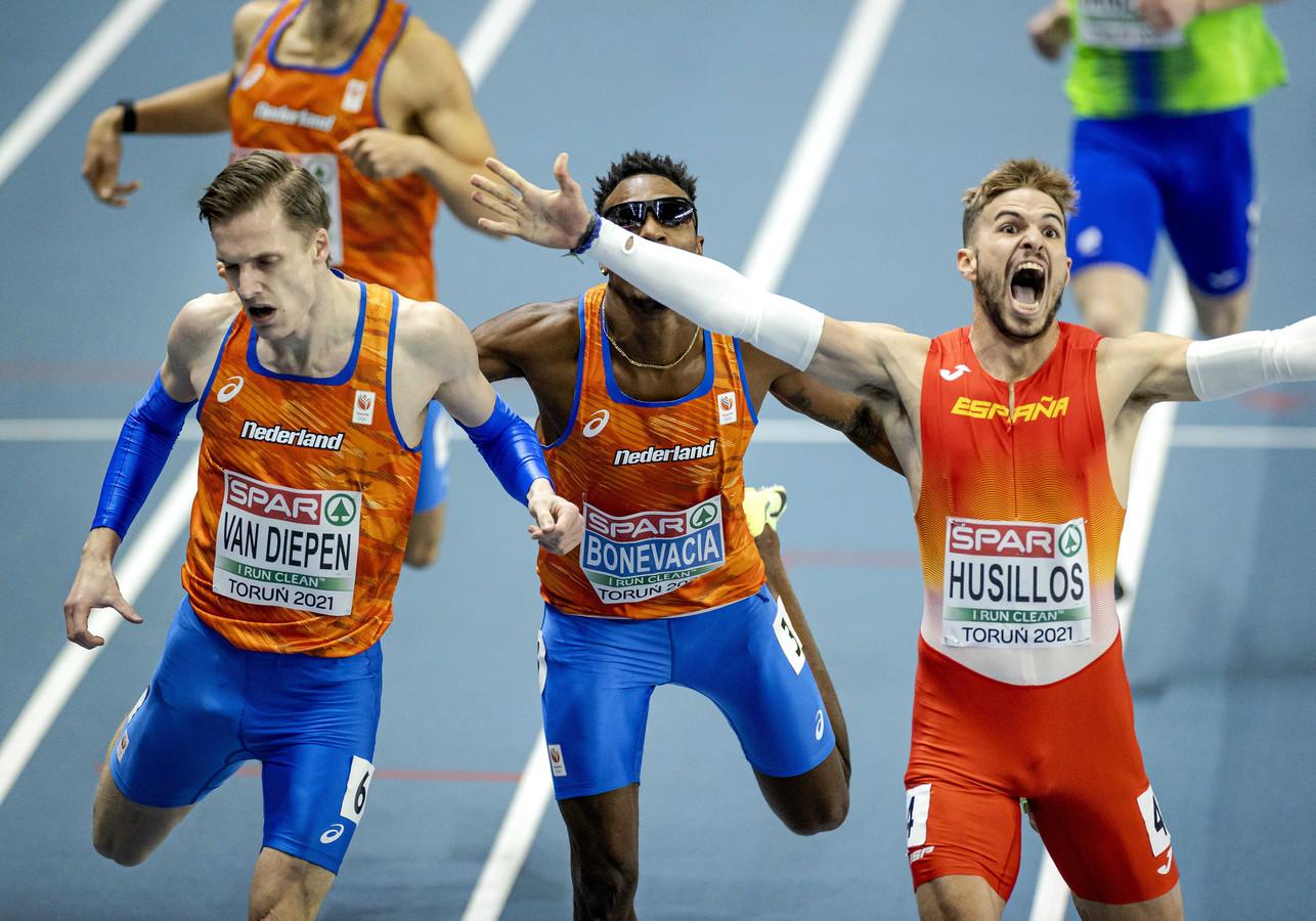 Tony van Diepen (links) en Liemarvin Bonevacia in actie tijdens de finale op het onderdeel 400 meter op de tweede dag van de Europese Kampioenschappen Indoor Atletiek.