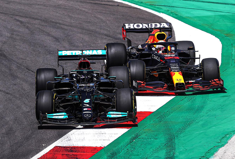 Lewis Hamilton en Max Verstappen met elkaar in gevecht tijdens de laatste Grand Prix van Portugal.