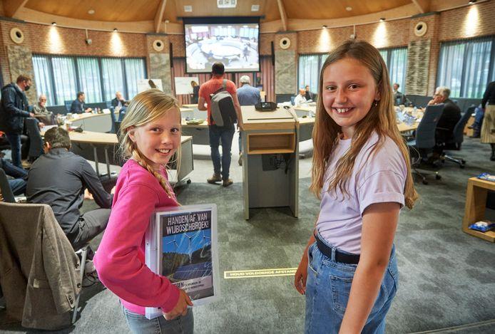 Do (links) en Julia in de raadzaal van Meierijstad in Sint Oedenrode.