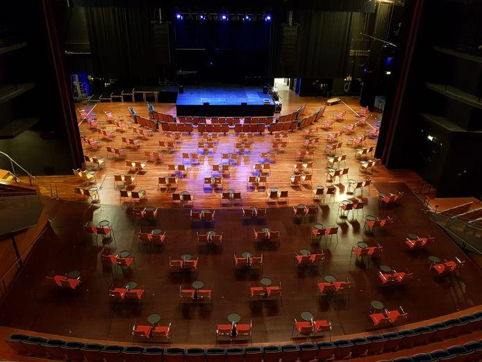 Zo zag de Hanoszaal er in coronatijd uit. Al deze zitjes staan op het (verlengde) podium. Vanaf donderdag worden er weer voorstellingen in het Apeldoornse theater gehouden.