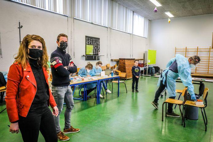 """Directeursteam Stephanie Van Acker en Arne Van Haelewijn van Schooltrio in Houthulst tijdens de testing. """"De kleuterschool van Jonkershove blijft deze week dicht. We nemen geen risico."""""""