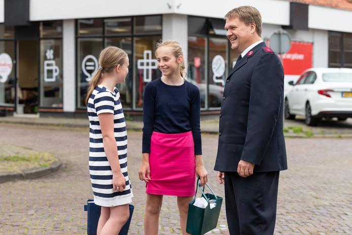Kapitein Eric Kamperman wordt voor het nieuwe pand aangesproken door twee jonge meiden. Lianne Beens en Hanna van der Roest uit Genemuiden zijn nieuwsgierig naar zijn functie en de invulling van het nieuwe pand.