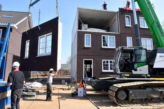 De huizen worden in recordtempo op het Noack-terrein neergezet.