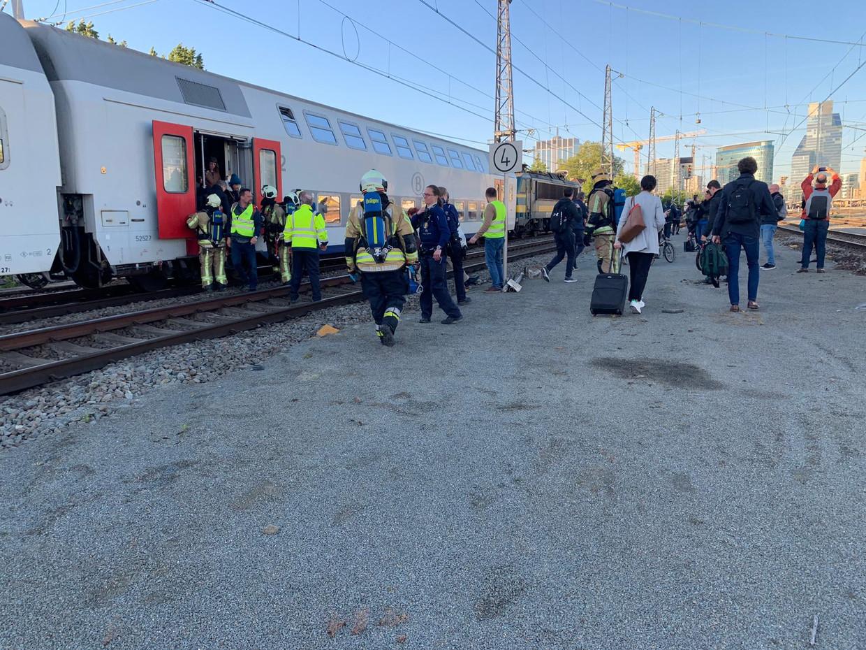 Reizigers verlaten een trein tussen Brussel-Noord en -Zuid nadat de verbinding is stilgelegd als gevolg van een brandje.