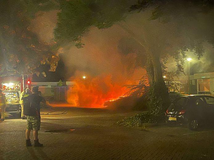 Een auto staat in brand aan de Schilderinkstraat in Doetinchem.