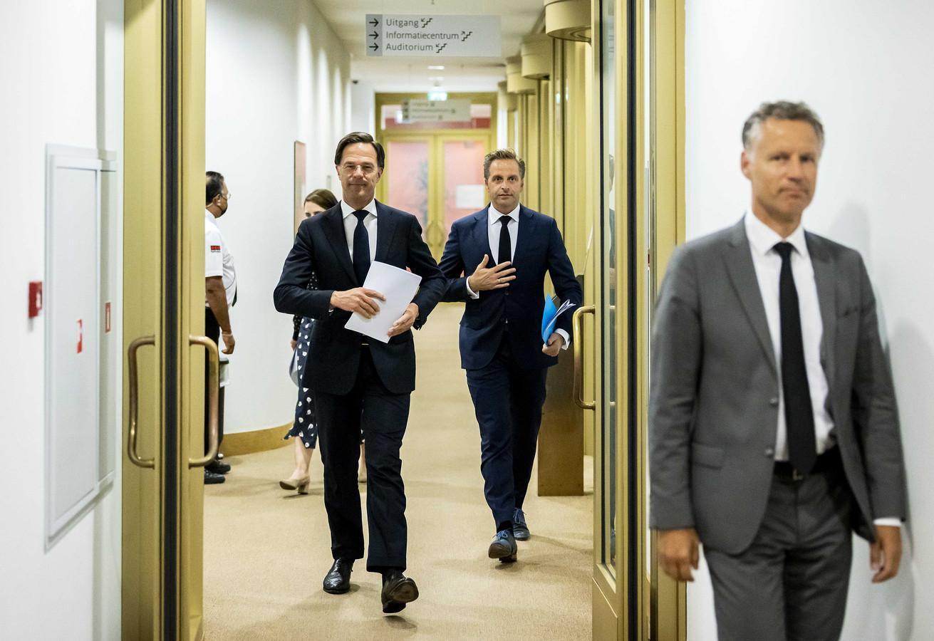 Demissionair premier Mark Rutte en minister Hugo de Jonge (Volksgezondheid, Welzijn en Sport) voorafgaand aan de persconferentie van vrijdagavond. Voorlopig was dit de laatste: de coronamaatregelen zijn vrijwel allemaal afgeschaft.