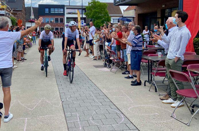 Pieter en Bart fietsten bij aankomst in Oostmalle door een erehaag van familie, vrienden en buren, die de wielrenners trakteerden op een oorverdovend applaus