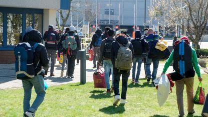 """Transmigranten gedumpt aan opvangcentrum in Haren: """"Overheid schuift problemen op ons af"""""""