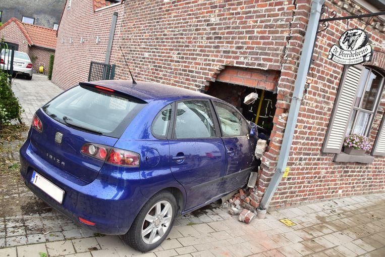 De Seat Ibiza van de 18-jarige Tieltenaar dook pardoes de zijgevel binnen van restaurant De Peerdekens.