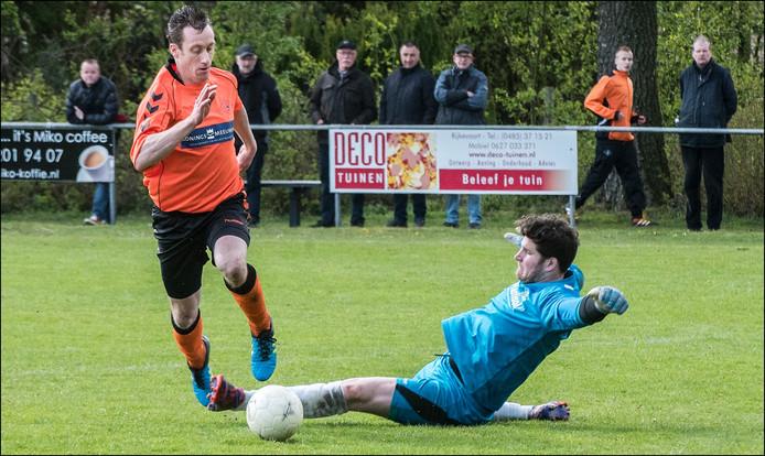 Excellent-aanvaller Chris van Duijnhoven omspeelt Constantia-doelman Willem Reijnen.